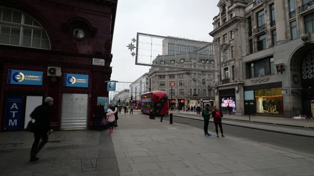 more areas expected to enter tier 4 as new covid strain spreads; england: deenan pillay interview via the internet sot london: oxford street: ext... - bershka designer label点の映像素材/bロール