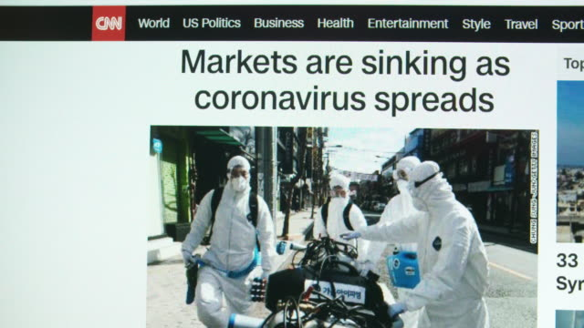 vídeos de stock e filmes b-roll de coronavirus news on cnn website. - jornal