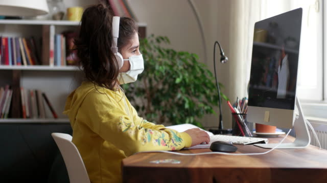 focolaio di coronavirus. blocco e chiusura delle scuole. studentessa che guarda la lezione di educazione online - riapertura delle scuole video stock e b–roll