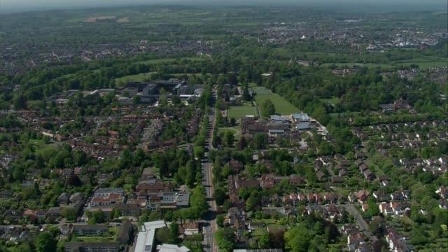 vidéos et rushes de oxfordshire aerials; england: oxfordshire: ext air views queue of cars outside large white tent at drive-through testing centre in car park air views... - université d'oxford