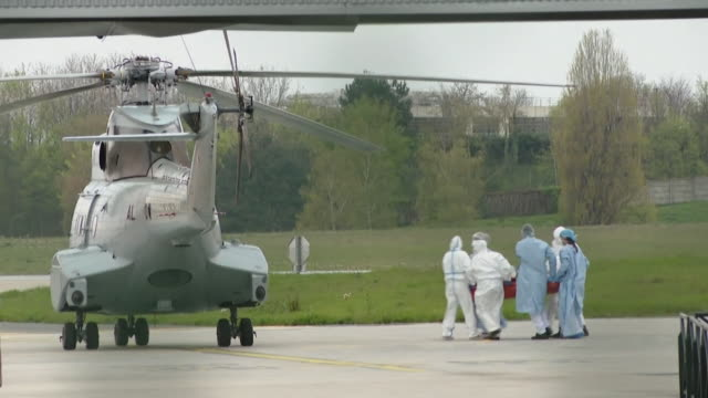 """vidéos et rushes de a coronavirus patient being carried to a waiting helicopter in paris - """"bbc news"""""""
