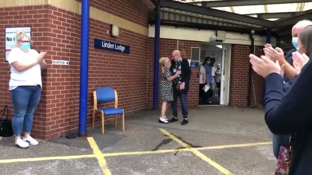 vídeos y material grabado en eventos de stock de coronavirus patient has received a round of applause as he was finally discharged from hospital after 110 days of treatment. mick pickering was... - demencia