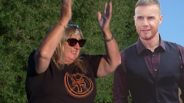 vidéos et rushes de coronavirus / pop music: robbie williams rejoins take that for virtual concert in coronavirus lockdown; england: ext take that fans kathryn clark and... - take that