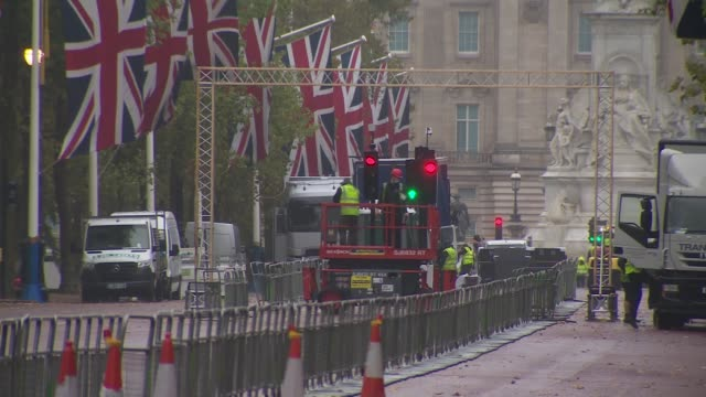 preparations for 'covidsafe' 2020 london marathon england london the mall ext barriers laid out along the mall in preparation for 2020 london... - carefree stock videos & royalty-free footage
