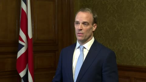 stockvideo's en b-roll-footage met prime minister boris johnson goes into intensive care; england: london: downing street: number 10: int dominic raab mp press conference sot. - boris johnson