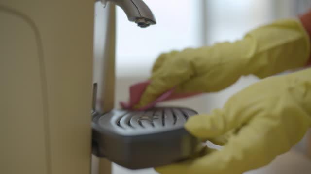 vídeos de stock, filmes e b-roll de proteção contra coronavírus. limpando a cafeteira. mantenha tudo limpo e desinfetado. importância da higiene. - anti higiênico