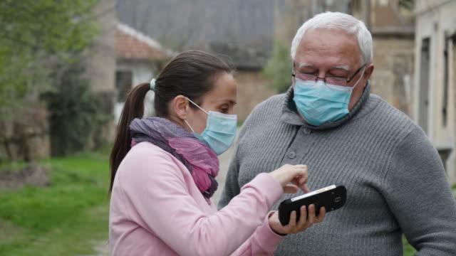 vídeos de stock, filmes e b-roll de proteção contra coronavírus. pai e filha usando máscaras para evitar doenças infecciosas. - epidemic