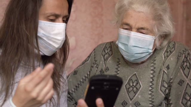 stockvideo's en b-roll-footage met coronavirus bescherming. vrouwen die masker dragen om infectieziekten te voorkomen. - grootmoeder