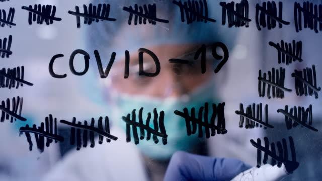 stockvideo's en b-roll-footage met coronavirus quarantaine aftellen. jonge vrouwelijke gezondheidswerker telt dagen - getal