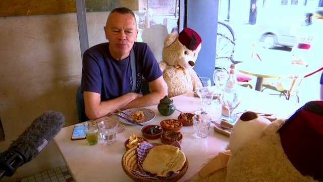 restaurant using teddy bears to encourage social distancing; uk, london; restaurant, cafe, tagine, teddy bear, cuddly toy, quirky, social distancing.... - itv london tonight stock-videos und b-roll-filmmaterial