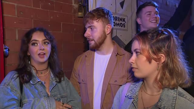 vidéos et rushes de scotland lifts most covid restrictions; scotland: ext / night **warning flash photography** revellers in queue for nightclub letting off party... - dancing