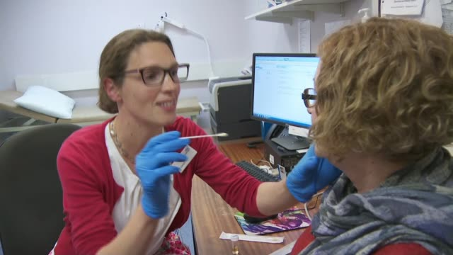 vidéos et rushes de second british death as total cases rise to 165; england: surrey: int various shots of doctor using swab to test patient for coronavirus england:... - mort concepts