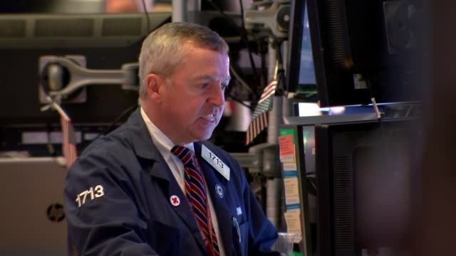 vidéos et rushes de share prices collapse: new york stock exchange general views; usa: new york city: new york stock exchange: int gvs new york stock exchange trading... - mâcher