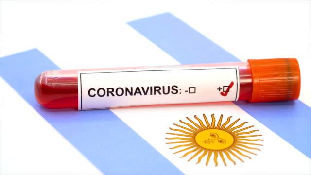 vídeos y material grabado en eventos de stock de prueba de coronavirus y bandera argentina - bandera argentina
