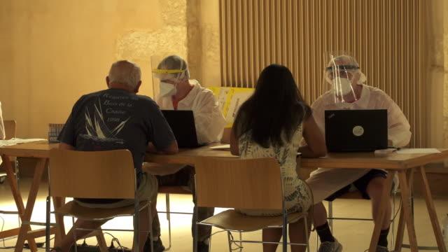 coronavirus testing centre in la rochelle, france - stato di emergenza video stock e b–roll