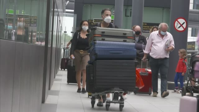 travellers from france, the netherlands, malta and monoco face quarantine deadline; england: sussex: gatwick airport: ext people with suitcases... - arrival stock videos & royalty-free footage