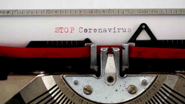 stop coronavirus skriva med en skrivmaskin - maskinskriven text bildbanksvideor och videomaterial från bakom kulisserna