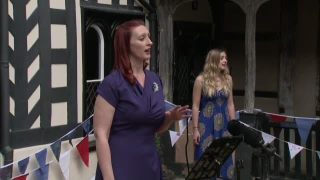 vidéos et rushes de day-themed charity choir tours care homes to entertain veterans; england: warwick: ext gv 'kissing it better' charity choir performing 'the white... - choeur