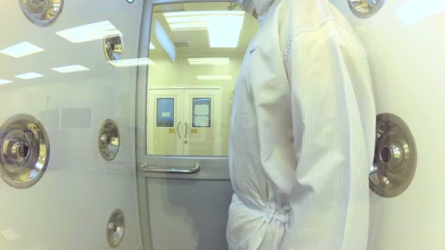 コロナウイルスウイルス - クリーンスーツ点の映像素材/bロール