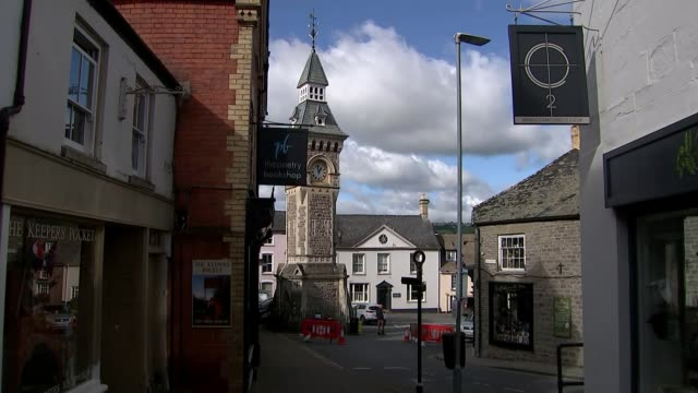welsh government demands travel ban on people in english covid-19 hotspots; uk, wales, hay-on-wye; traffic, bridge, countryside, books, bookshops,... - typisch walisisch stock-videos und b-roll-filmmaterial