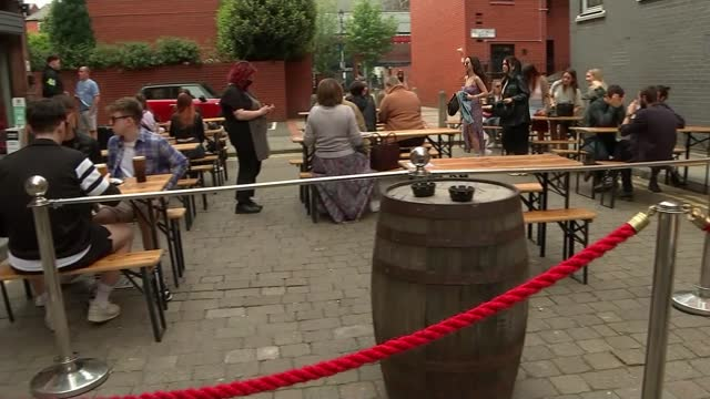 government is being warned not to rush into lifting covid restrictions; england: manchester: ext various shots of people drinking at tables outside... - drinking stock videos & royalty-free footage