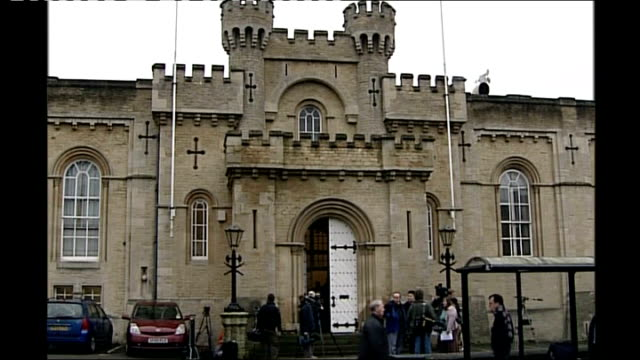 coroner attacks mod for failing to provide family with information about their son's death; england: oxford: oxford coroners court: press outside... - 検死官点の映像素材/bロール