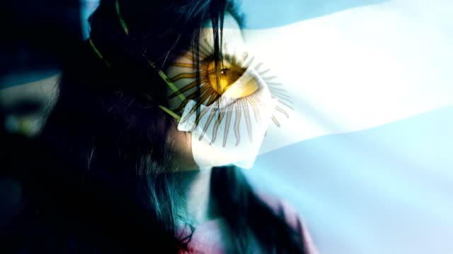 coronovirus 2019-ncov hintergrundkonzept. geduld tragen schutzmaske mit argentinien flagge overlay. - argentinische flagge stock-videos und b-roll-filmmaterial