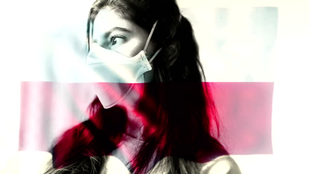 コロノウイルス 2019-ncov 背景概念.ポーランドの旗のオーバーレイと保護マスクを身に着けている忍耐。 - rnaウイルス点の映像素材/bロール