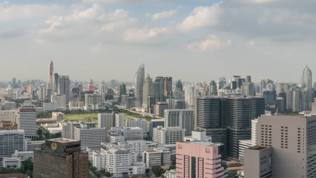 stockvideo's en b-roll-footage met corporate building van bangkok skyline, tilt naar beneden - tilt down