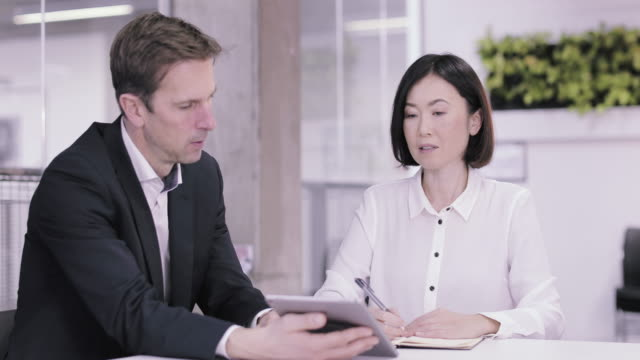corporate business meeting using a digital tablet - インストラクター点の映像素材/bロール