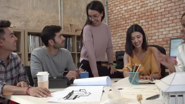 vidéos et rushes de équipe d'entreprise en fonction. - ressources humaines