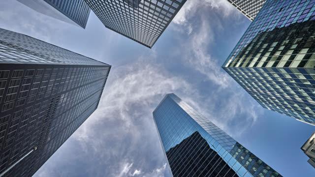 株式会社ビジネス金融ビル。創造的です。コンセプト - 真下からの眺め点の映像素材/bロール