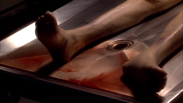 corpse and bloody drain - 人の脚点の映像素材/bロール