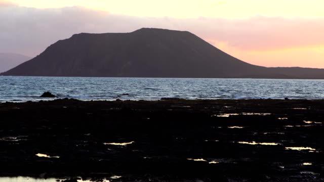 vídeos de stock, filmes e b-roll de corralejo praia ao nascer do sol, ilha do lobo - fuerteventura - ilhas do oceano atlântico