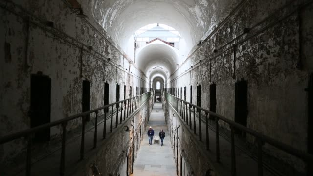corridor at eastern state penitentiary, philadelphia - gefängnis stock-videos und b-roll-filmmaterial
