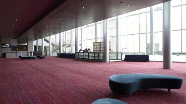 vidéos et rushes de corridor in foyer area of theatre. - hall d'accueil