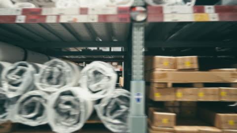vídeos y material grabado en eventos de stock de corredor en megatienda/almacén con paquetes, vista lateral - estante muebles