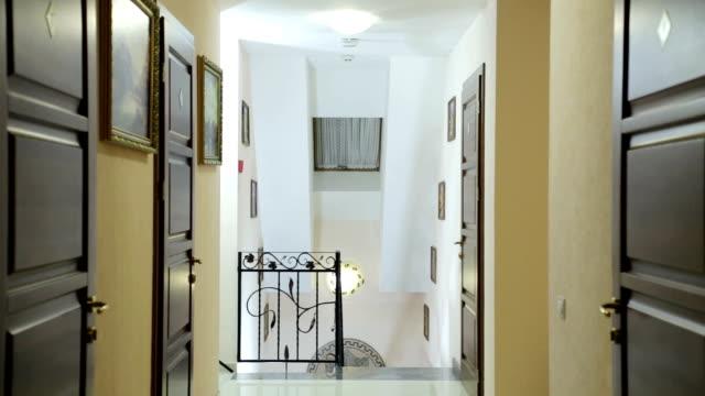korridor straßenrand hotel. - wohngebäude innenansicht stock-videos und b-roll-filmmaterial