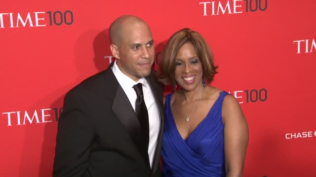 vídeos de stock, filmes e b-roll de cory booker and gayle king at the time 100 gala time's 100 most influential people in the world at new york ny - evento anual
