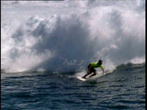 cory lopez rides big wave in indian ocean zoom out to people in boat - eskapismus stock-videos und b-roll-filmmaterial