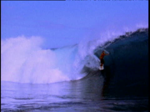 vídeos de stock, filmes e b-roll de cory lopez rides tube in massive wave tahiti - territórios ultramarinos franceses