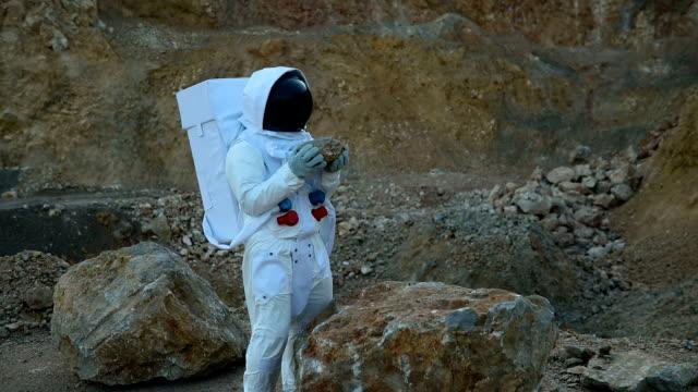 ロッキー火星を探査する宇宙飛行士 - 宇宙服点の映像素材/bロール