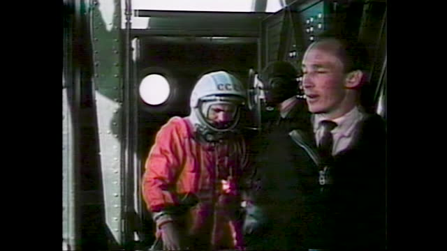 vidéos et rushes de cosmonaut in orange spacesuit on his way to the launch rocket, vostok rocket launching. remastered roskosmos footage - chiffre 1