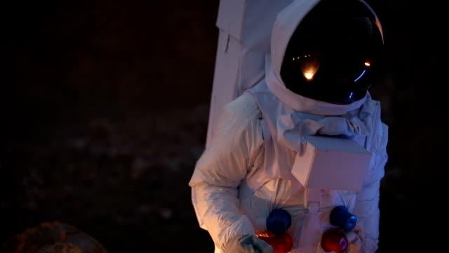 暗い地球上の宇宙飛行士 - 宇宙服点の映像素材/bロール