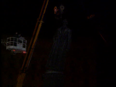 cosmonaut returns night moscow ms lenin statue removed as flashes from photos seen ms mikhail gorbachev down aircraft steps tbv crowds of shoppers... - ペニー マーシャル点の映像素材/bロール