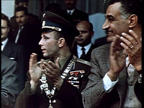 vidéos et rushes de cosmonaut yuri gagarin, first man in space. gagarin's triumphant trips abroad : in egypt, huge meeting in a stadium, gagarin with nasser, gagarin at... - un seul animal