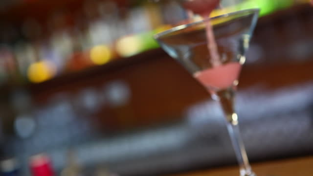 ms r/f cosmopolitan being served in a bar / sao paulo, brazil - drink bildbanksvideor och videomaterial från bakom kulisserna