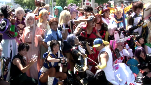 vídeos de stock, filmes e b-roll de cosplayers from 26 countries and regions gathered in the central japanese city of nagoya on saturday august 1 dressing up like animation characters.... - estilo mangá