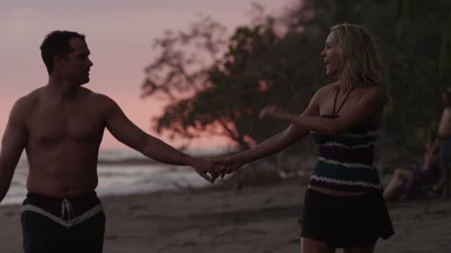 vidéos et rushes de costa rica, esterillos beach, couple kissing on beach - embrasser sur la bouche