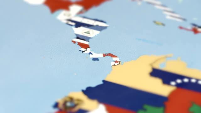 vídeos de stock, filmes e b-roll de costa rica, panamá fronteiras com a bandeira nacional no mapa do mundo - colômbia